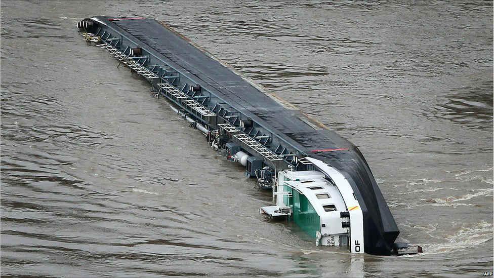 Canada+Sulphur+Producer Capsized-Barge-8.jpg (174645 bytes)